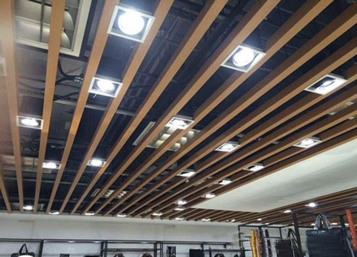 高档餐厅仿木纹铝方通吊顶
